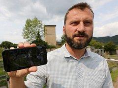 Starosta Velkého Března pod něhož spadá obec Valtiřov ukazuje jak střeží kamerami hřbitov proti vandalům.