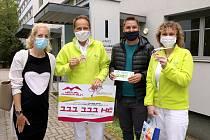 Virtual Charity Run pomáhá dobré věci. Michal Neustupa (druhý zprava) předal z loňského výtěžku hned několik darů.