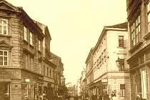 Teplická, dnes Revoluční ulice, na křižovatce Maternovy ulice a Malé Hradební, na rohu vlevo postavena v roce 1929 pojišťovna Riunione Adriatica, později Grand.