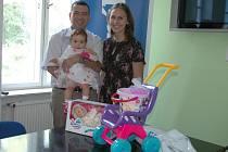 Sofie Viktorie Kalilová s rodiči a dárky v redakci Ústeckého deníku.