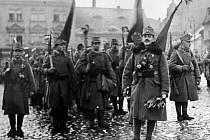 Než je vojenské velení odeslalo na frontu, užili si vojáci habsburského císaře nejeden slavnostní nástup na Mírovém náměstí i na jiných místech v Ústí, případně v okolních obcích. Důstojník v popředí je poručík Wilsik.