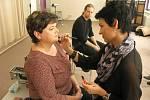 Dana jako objekt snažení kosmetičky. Líčení před fotografováním se blíží do finále.