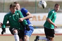 Ústečtí fotbalisté (vzadu Peterka) naposledy doma porazili Most 2:0. V sobotu hostí Pardubice.