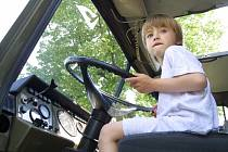 Dítě za volantem. Ilustrační foto.