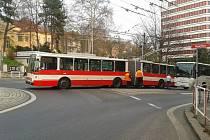 Na kruhové křižovatce Pražačka do sebe v pátek v podvečer narazily autobus s trolejbusem.
