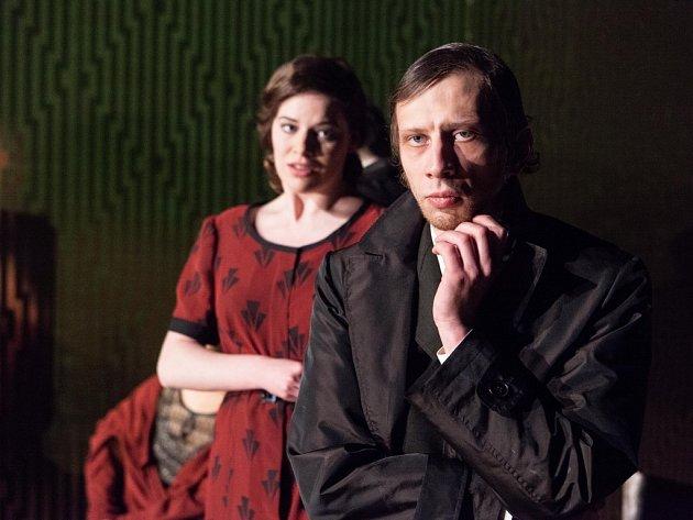 Drama Kvartýr. Bývalá služka Mačka (Natálie Řehořová) a Tajnej 2 (Jiří Maryško).