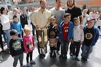 Masarykův pohár přivezli do Masarykovy nemocnice hokejisté Vervy Litvínov.