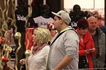 Obchody se opět plní lidmi. Nejvíce zlevněného zboží je mezi oděvy.