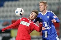 Ústečtí fotbalisté (vlevo Kateřiňák) naposledy prohráli v Olomouci 0:5.