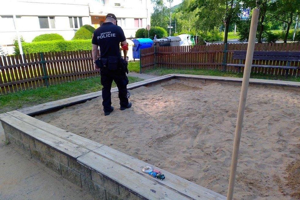Ústečtí strážníci prohledávali pískoviště na Střekově a Severní Terase kvůli odhozeným jehlám