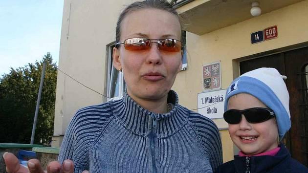 Jana Hostašová s dcerou Terezkou před budovou mateřské školy