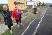 Obyvatelé Skorotic si stěžují na špatně provedenou opravu silnice.
