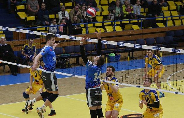 OBRAT. Ústečtí volejbalisté po prohraném prvním setu extraligový zápas s Příbramí (v modrém) otočili a vyhráli 3:1.