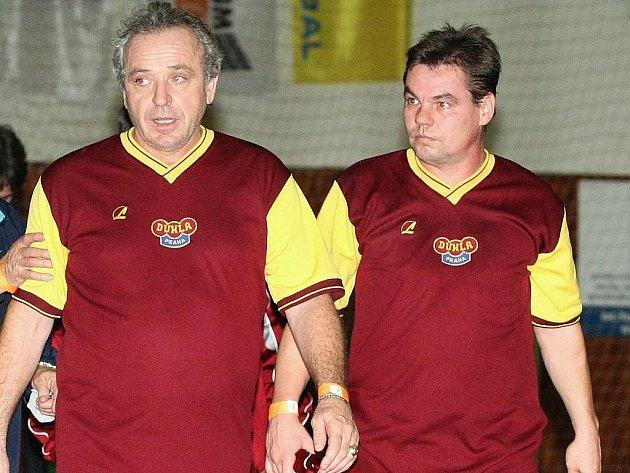 Sympaťák turnaje Vízek (vlevo) s nejlepším střelcem Mrázem táhli Duklu k vítězství v turnaji.