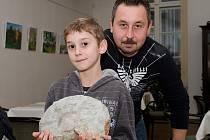 Aleš Najnar se synem Alešem Oliverem. Krom jejich amonita muzeum dostalo třeba i čtyři hasičské helmy, kuchařky firmy Schicht, či historické pohlednice.