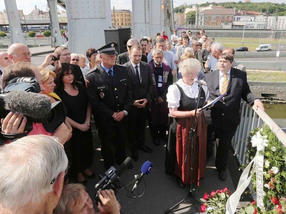Pietní akt na Benešově mostě.