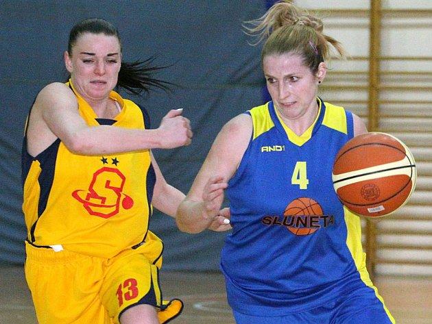 Basketbalistky ústecké Slunety (vpravo Koubová) projely základní částí druholigové soutěže jako nůž máslem.