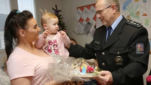 Předvánoční dárky od strážců zákona předal maminkám s dětmi také šéf ústeckých policistů Vladimír Danyluk.
