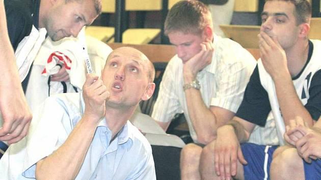 Jan Šedivý (v popředí) vede basketbalisty