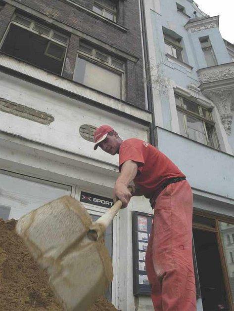 Na Mírovém náměstí začíná demolice dvou domů