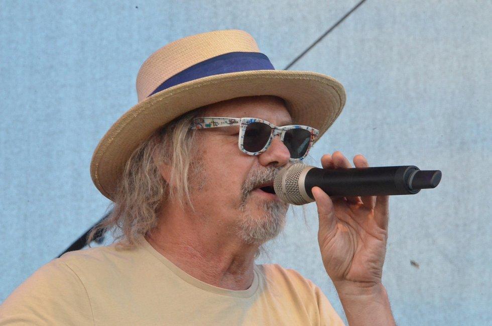 Hejma je lídr a zpěvák i autor textů skupiny Žlutý pes. Foto je z open air festivalu Benátská! 2015 ve Vesci u Liberce.