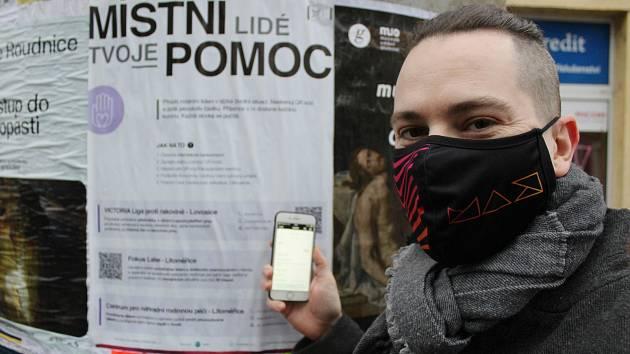 Martin Aichler u plakátu Místní lidé, tvoje pomoc