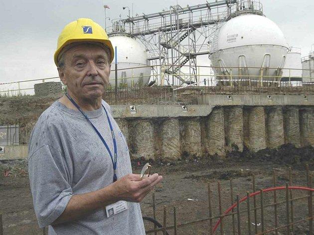 Miloslav Čáp u zásobníků ve Spolchemii