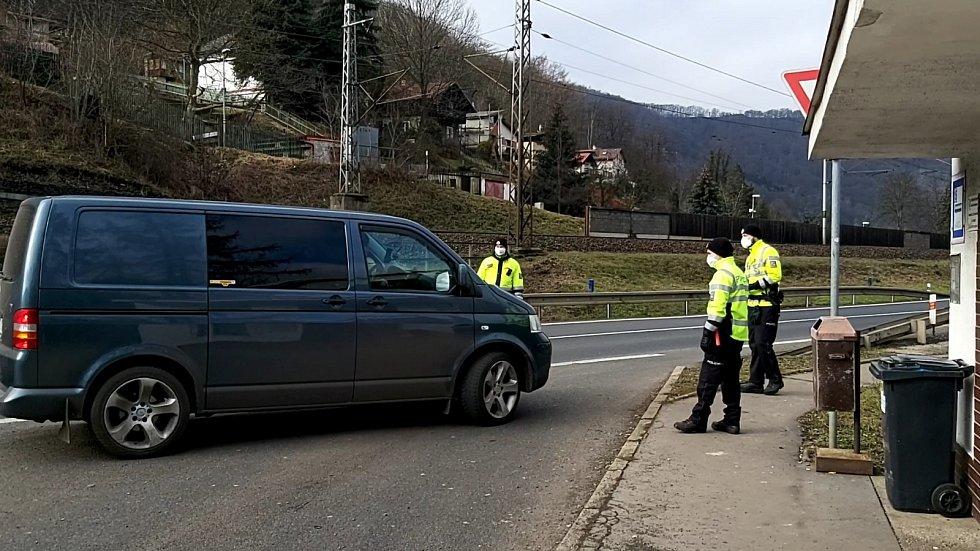 Namátková kontrola na příjezdu do okresu Ústí nad Labem. Pondělí 1. března 2021.
