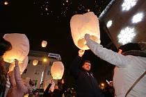 Více jak stovku lampionů štěstí vypustili obyvatelé Ústí nad Labem v rámci charitativní akce.
