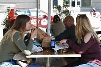 Restaurace už mohou své předzahrádky chystat na první návštěvníky. Takto vypadaly v květnu loňského roku.