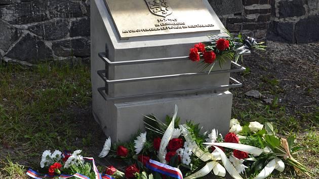 Autorem nového památníku je ústecký výtvarník Karel Hájek.