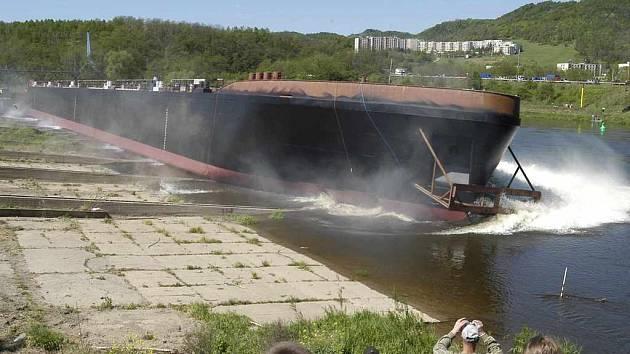 Valtířovská loděnice vypustila první letošní loď