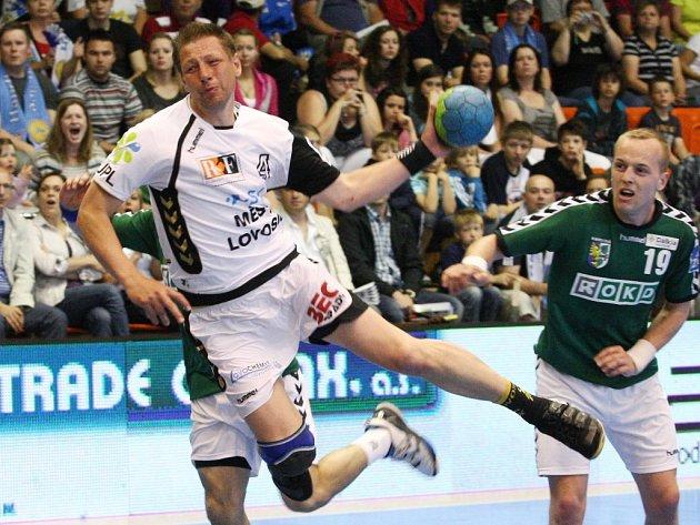 Házenkář Vladimír Šuma odehrál 140 zápasů v reprezentaci. Pražskou Duklu dovedl k mistrovskému titulu a Lovosice před dvěma roky ke stříbrným medailím v extralize.