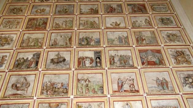 Kazetový strop v letařovickém kostele zpodobňuje život apoštola Jabuba vyššího.