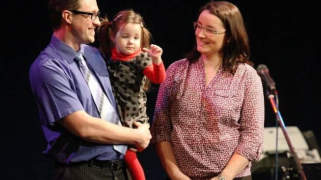 Šek s výtěžkem z letošního benefičního koncertu Zpíváme pro Tebe převzala čtyřletá Terezka Špeciánová. Trpí svalovou slabostí a potřebuje nový vozík.