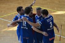 Volejbalisté Slovanu se radují z vítězství nad Turnovem.