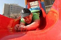 Hřiště na dobětickém sídlišti zástupci obvodní radnice slavnostně otevřeli v minulém týdnu. Zájmu dětí se těší od prvního dne.