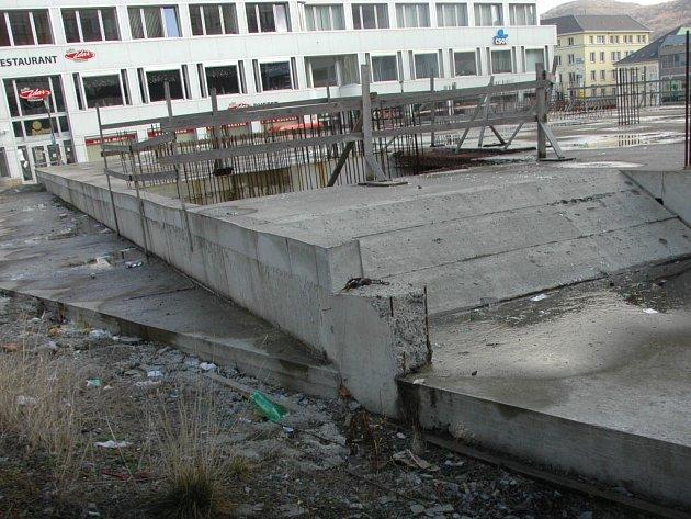 Opuštěné základy stavby.