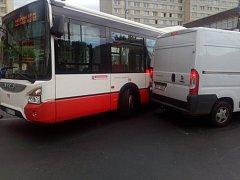 Střet autobusu a dodávky se obešel bez zranění.