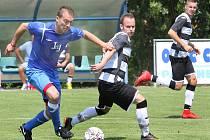 Chuderov (v modrém) doma porazil na závěr sezóny Dobkovice 4:3 a po zápase si užil mistrovské oslavy a postup do 1. A třídy.