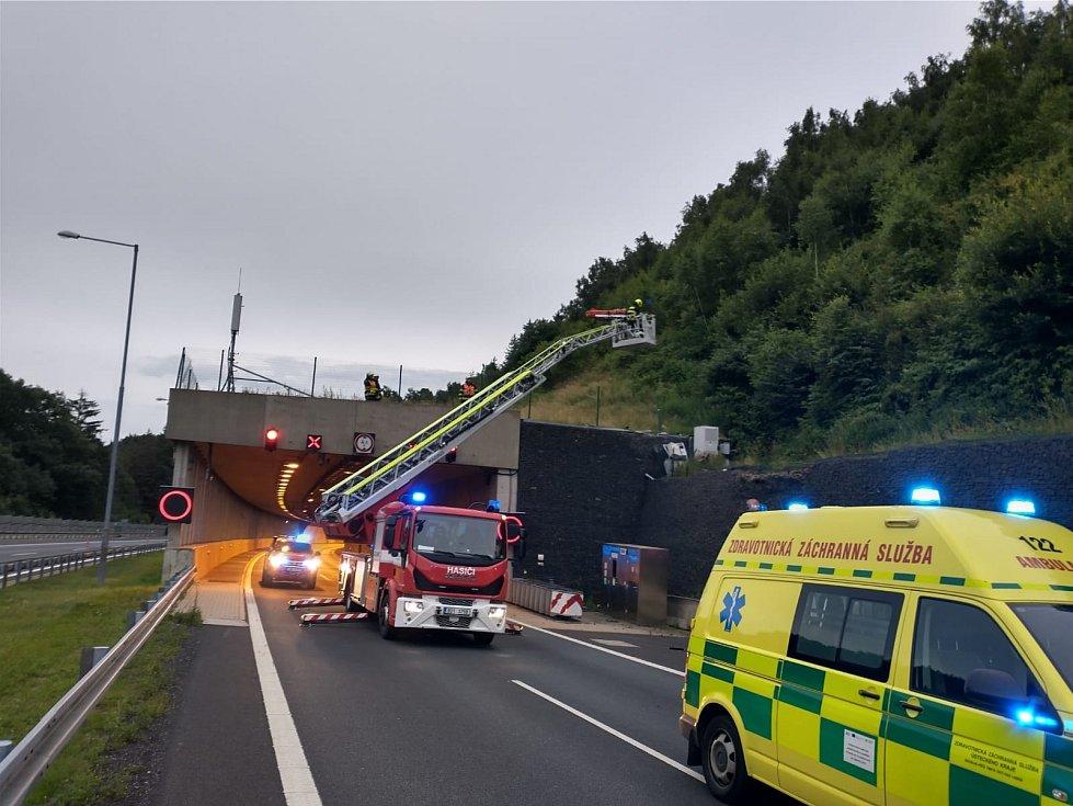 Dopravní nehoda u tunelu Panenská na D8.