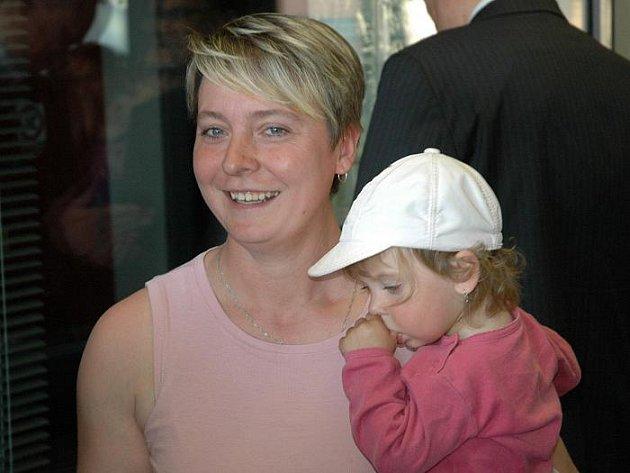 Anna Plodrová s dcerou Kristýnkou je návštěvnicí lanovky na Větruši s číslem 100 000.