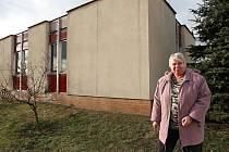 Vlasta Kůstková před domkem.