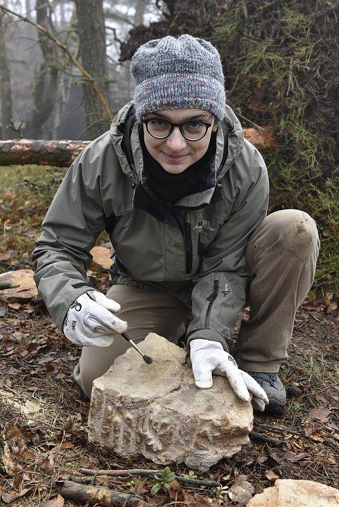 Muzejní geoložka Zuzana Vařilová s nálezem z Tisé.