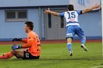 Fotbalový zápas Arma Ústí a Pardubice. FORTUNA:NÁRODNÍ LIGA 2018/2019. Vojtěch Prošek dává gól.