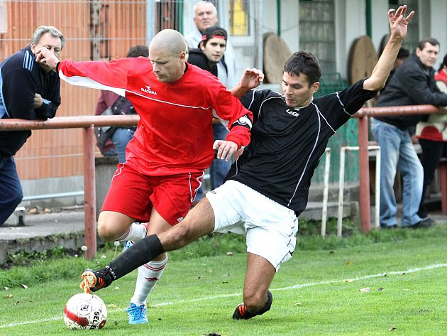 Fotbalisté Libouchce (vpravo Kučera) zakončili podzimní část 1.A třídy na 12. příčce tabulky.