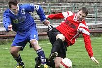 Fotbalisté Neštěmic (modří) doma porazili Velké Březno 2:0.