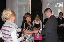 Šedesát jedna dárců krve si došlo do obřadní síně ve vile Ignaze Petschka pro zlatou plaketu Dr. Jana Jánského.