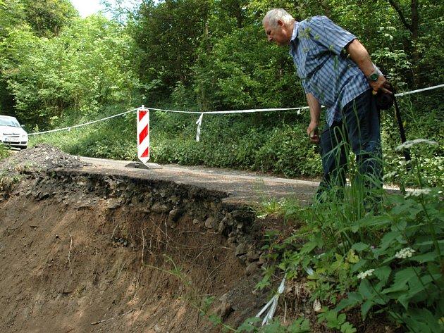 Starosta Ryjic Milan Nicek u sesuvu, který uzavřel dopravu nad obcí.