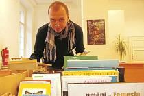 Ústecké muzeum letos uspořádalo v rámci Týdne knihoven třetí burzu knih. Muzejník Vladimír Cettl (na snímku) rovná letošní první tituly, jež do muzea lidé přinesli.